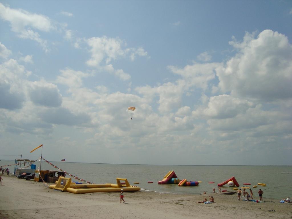 Пляж песчано галечный протянулся на